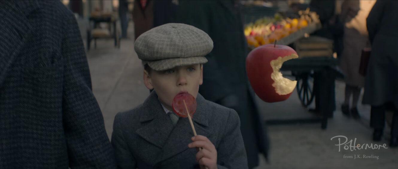 Una manzana parece comerse sola mientras un niño observa confundido.