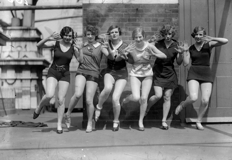 Bailarinas mostrando pasos de Charleston, hacia 1926.