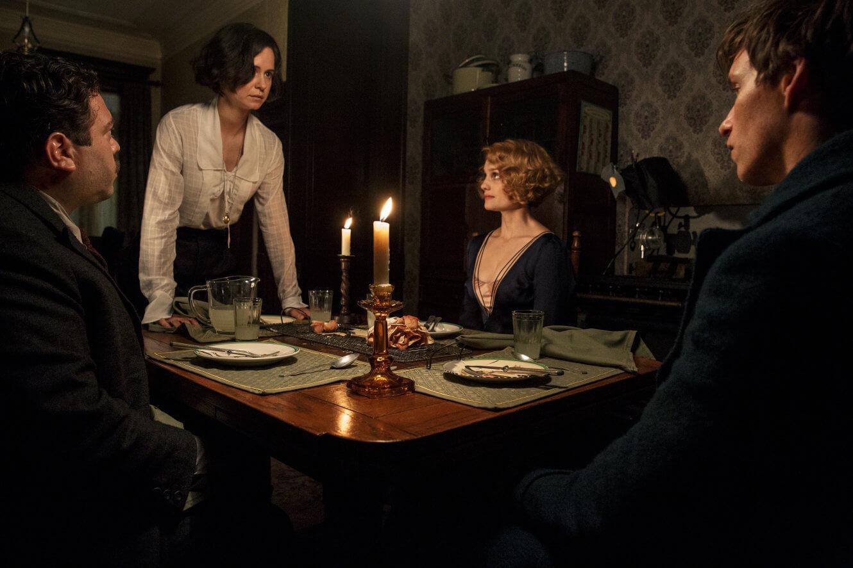 Tina, Queenie, Newt y Jacob deliberan en torno a la mesa.