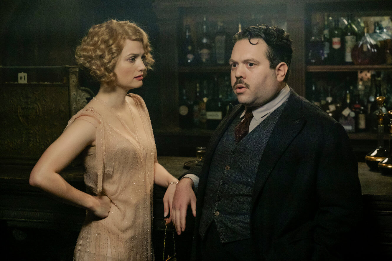 Queenie y Jacob visitan el bar clandestino The Blind Pig.